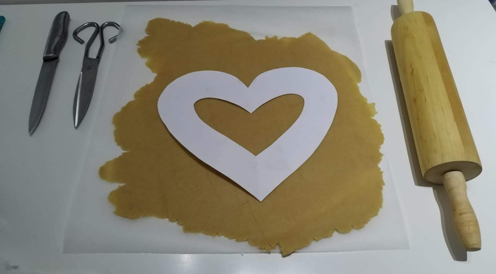 Preparación galleta tarta low-carb corazón